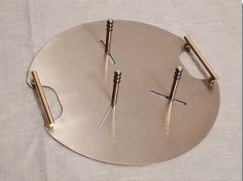 Urnentrage aus Edelstahl mit angesetzten Griffstücken